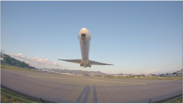Too Close For Comfort: What It Looks Like When A MD-80 Takes Off Feet Above Your Head!