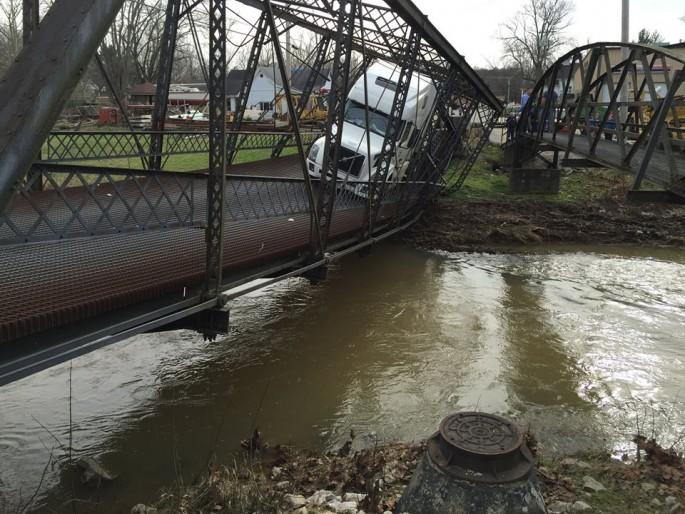 Una camionera destruye un puente...